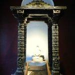 статуя будды в прекрасной беседке