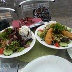 Еда в ресторане при парке