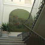 descer pelas escadas é uma grata surpresa, com estas pinturas nas paredes.