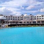 Hôtel vu de la piscine extérieure