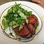 Tagliata vom Rinderfilet mit frischem Salat und Parmesanspänen