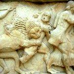 Particolare del fregio di marmo del tesoro di Siphnos - gigantomachia