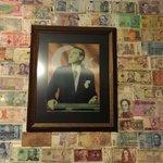Mur de billets et dedicaces du monde entier