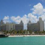 Vista del hotel y playa desde el mar