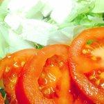 Insalatona mista con pomodori, feta e olive