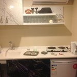 la cucina, i fornelli e il frigo