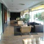 Salón con sofás que está junto a la recepción-