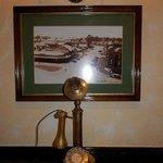 アンティークの電話機。なんと使用しています。部屋にかけられます。