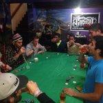 Noche de poker y tatuajes en el bar.