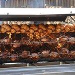 Jeden Freitag im Biergarten, frische Hähnchen und Haxen vom Holzgrill