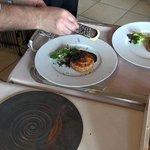 Pascal Bardet râpe généreusement la truffe sur les Pithiviers