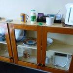Coachman Motel, bunte Geschirrsammlung im Zimmer :)