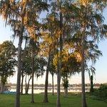 Howard Johnson Express Inn & Suites Lake Front Park