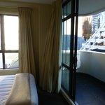 Blick aus Zimmer bei geöffneter Balkontür