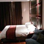 Il letto e il pavimento di parquet