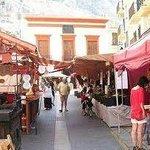 Al fondo Antiguo Ayuntamiento de Cullera con el Mercado tradicional