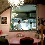 cucina a vista, dietro al vetro lo chef Daniele