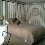 Suite Retreat  queen bed