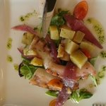 polpo con patate ratte, pomodorini, lattuga e cipolla rossa
