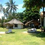 Jardim e bangalôes na parte da frente da pousada