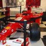 Ferrari exposée dans le lobby.