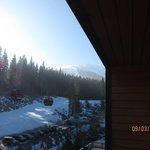 widok z pokoju - gondola przy hotelu i trasa