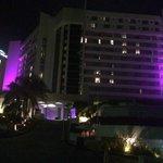 Vista noturna da entrada do hotel