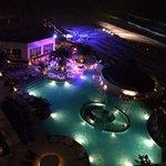 Vista noturna do hotel