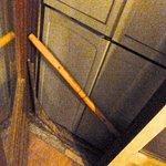 Porta-finestra bloccata da armadio e bastone