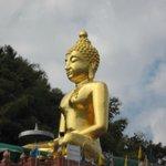 Гигантский будда Phra Chiang Saen Si Phaendin