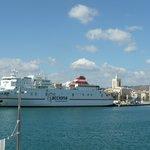 De Ferryschepen varan af en aan .