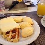 Café da manhã: pão de queijo excelente