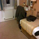 Blick auf Bett und Schreibtisch mit Wasserkocher