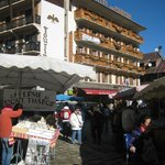 Vue de la place de l'église le jour du marché (vendredi)