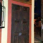 La puerta de entrada de noche