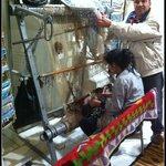 Artesã confeccionando um tapete - Mercado local