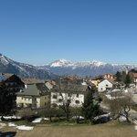 Vista panoramica sul paese con il monte Stivo sullo sfondo