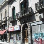 En la calle Chacabuco de San Telmo resalta el Hotel con sus toldos rojos.