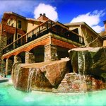 Enjoy your après ski in style. Soak in the Solace Spa hot pools with cocktails from Jack Creek!