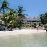 Hotellets baksida mot havet med den egna stranden