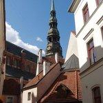 Выход из отеля к церкви Святого Петра и памятнику Бременским музыкантам