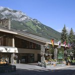Banff Park Lodge Entrance With Mount Norquay