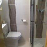 Salle d'eau chambre simple   Neuve et sèche cheveu parfait.