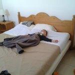 le grand lit de la chambre du bas