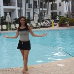 Aproveitando a chuva da tarde na piscina do hotel