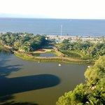 Vista desde el Grand Bliss: áreas verdes, lagos y playa.