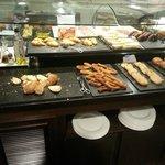 buffet desayuno distintos panes, bollería