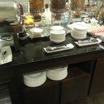 buffet desayuno cereales, mermeladas, y lo metálico de la izquierda tenía huevos&bacon