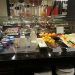 buffet desayuno yogures, fruta, leche, gelatinas