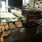 buffet desayuno distintos tipos de panes y tostadora